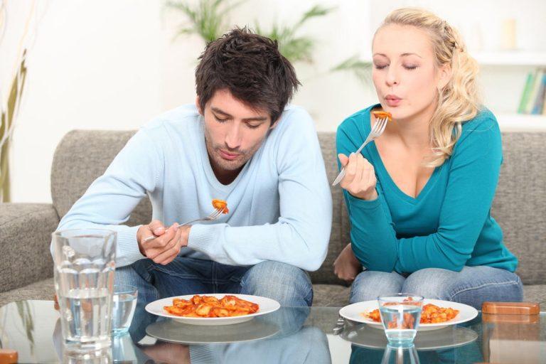mladi par jede li jede