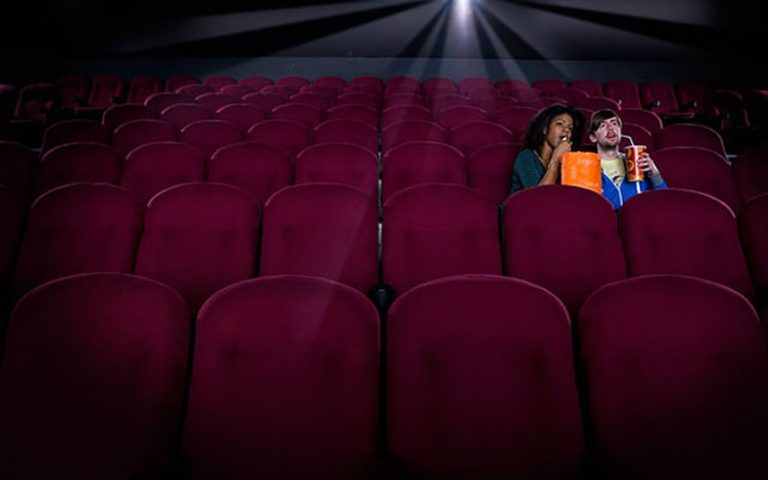 bioskop i dvoje ljudi