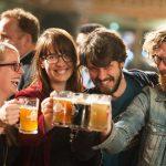ljudi piju pivo