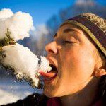 žena jede sneg