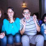 ljudi gledaju horor film