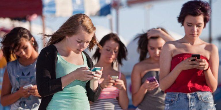žene na telefonu