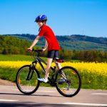dečak na biciklu