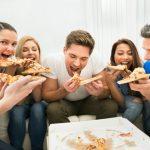 ljudi jedu picu