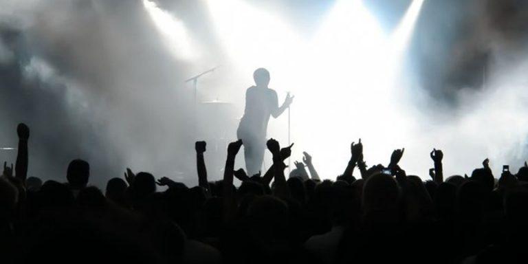 ljudi na koncertu
