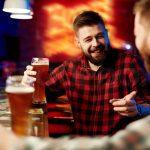 muškarci piju pivo