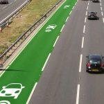 In England werden auf der Autobahn Spuren mit  Induktivladung für Hybrid und Elektrofahrzeuge getestet.