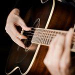 sviranje na akusticnoj gitari