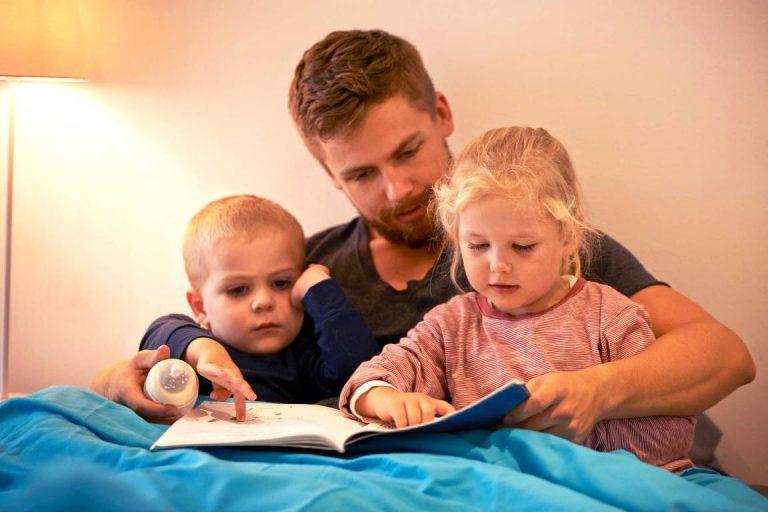 tata čita deci