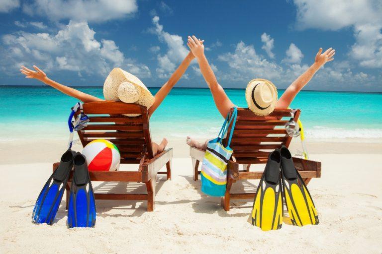 veseli ljudi na plaži